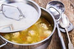 Sopa com as almôndegas na bandeja do metal Imagem de Stock Royalty Free