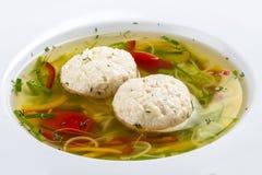 Sopa com bolinhas de massa de uma vara de pique fotografia de stock