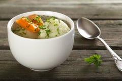 Sopa com bolinhos de massa imagem de stock