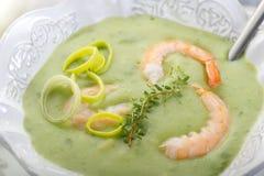 Sopa com camarão e alho-porro Imagens de Stock