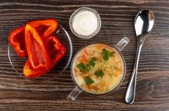 Sopa com carne da galinha, arroz, vegetais na bacia, bacia com maionese, pimenta doce nos pires, colher na tabela Vista superior fotos de stock royalty free