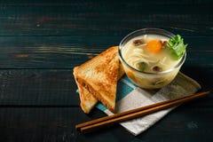 Sopa com cenoura e massa da carne no estilo japonês com pão torrado fotografia de stock royalty free