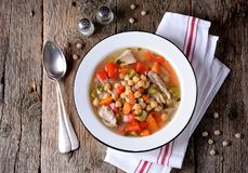 Sopa com galinha, grãos-de-bico, pimentas doces, cebolas, cenouras, aipo e salsa Alimento saudável Foto de Stock Royalty Free