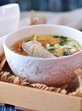 Sopa com macarronetes caseiros e a galinha orgânica com cenouras, raiz e folhas de varas da salsa, da cebola e de aipo Fotos de Stock Royalty Free