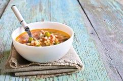 Sopa com massa, os vegetais e partes de carne pequenos Fotos de Stock Royalty Free