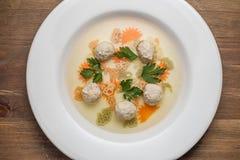 Sopa com meatballs e macarronetes foto de stock