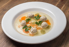 Sopa com meatballs e macarronetes imagens de stock