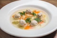 Sopa com meatballs e macarronetes imagem de stock royalty free