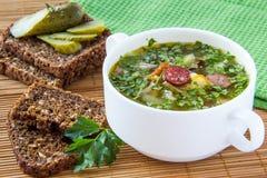 Sopa com pepino e carne conservados fotos de stock