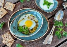 Sopa com provocações, o ovo, carne e as batatas frescos Foto de Stock