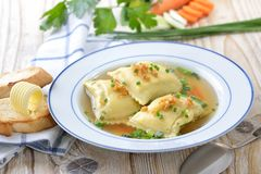 Sopa com ravioli enchido Foto de Stock Royalty Free