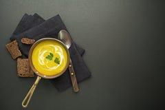Sopa com vegetal e ervas Imagens de Stock