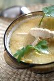 Sopa con el limón y el pollo foto de archivo