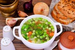 Sopa con la coliflor, coles de Bruselas, verdes Foto de archivo libre de regalías