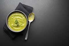 Sopa con la verdura y las hierbas Fotos de archivo libres de regalías