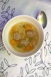Sopa con las bolas y la zanahoria de carne Imagenes de archivo