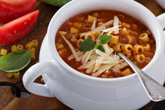 Sopa con las lentejas, las pastas y los tomates Fotos de archivo
