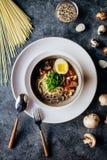 Sopa con las pastas y las verduras fotografía de archivo