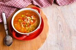 Sopa con las pequeñas pastas y verduras Fotografía de archivo libre de regalías