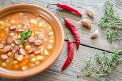Sopa con los garbanzos y la salchicha ahumada Imagen de archivo