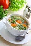 Sopa con los guisantes verdes. Fotografía de archivo
