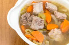 Sopa conservada da couve com cenouras e reforços de carne de porco Fotografia de Stock Royalty Free
