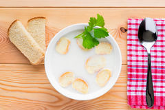 Sopa cremosa com pão torrado em uma bacia Foto de Stock