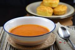 Sopa cremosa do tomate com os queques caseiros do queijo imagem de stock royalty free