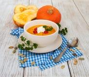 Sopa da abóbora com abóboras frescas Fotos de Stock Royalty Free