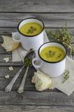 Sopa da abóbora com as sementes de abóbora na tabela de madeira imagens de stock royalty free