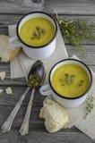Sopa da abóbora com as sementes de abóbora na tabela de madeira foto de stock royalty free