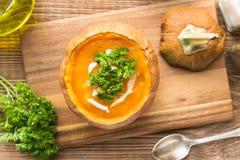 Sopa da abóbora com as sementes no bacias brancas Foto de Stock Royalty Free