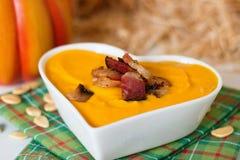 A sopa da abóbora com bacon no coração deu forma à bacia Imagens de Stock Royalty Free