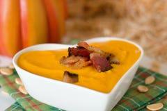 A sopa da abóbora com bacon no coração deu forma à bacia Imagem de Stock Royalty Free