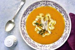 Sopa da abóbora com galinha Vista superior Fotografia de Stock Royalty Free