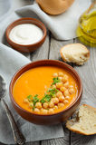 Sopa da abóbora com grãos-de-bico e salsa fotos de stock