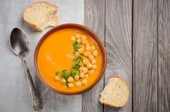 Sopa da abóbora com grãos-de-bico e salsa imagem de stock royalty free