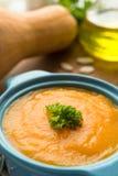 Sopa da abóbora com pesto e as sementes roasted Imagens de Stock Royalty Free