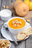 Sopa da abóbora com sementes e pão torrado de abóbora imagens de stock royalty free