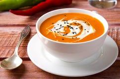 Sopa da abóbora com tomates, pimentão, iogurte e as sementes de sésamo pretas Imagem de Stock Royalty Free