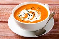 Sopa da abóbora com tomates, pimentão, iogurte e as sementes de sésamo pretas Fotos de Stock Royalty Free