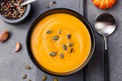 Sopa da abóbora e da cenoura com opinião superior das sementes foto de stock royalty free