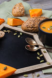 Sopa da abóbora em uma caneca na tabela rústica Imagem de Stock