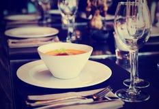 Sopa da abóbora na tabela do restaurante, tonificada fotos de stock