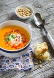 Sopa da abóbora no copo cerâmico branco e um pedaço de bolo com queijo e ervas Fotografia de Stock