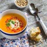 Sopa da abóbora no copo cerâmico branco e um pedaço de bolo com queijo e ervas Imagens de Stock Royalty Free