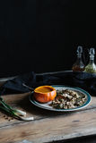 A sopa da abóbora serviu na abóbora, e no cogumelo na placa escura e temperamental Foto de Stock Royalty Free