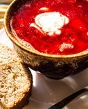 Sopa da beterraba com feijões e creme de leite, alho, fatias de pão Foto de Stock
