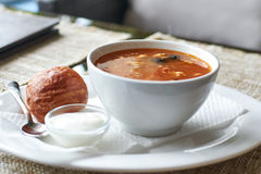 Sopa da carne com anéis de espuma Fotografia de Stock Royalty Free
