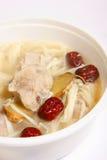 A sopa da carne de porco com jujuba vermelho e a agulha crescem rapidamente Imagem de Stock Royalty Free
